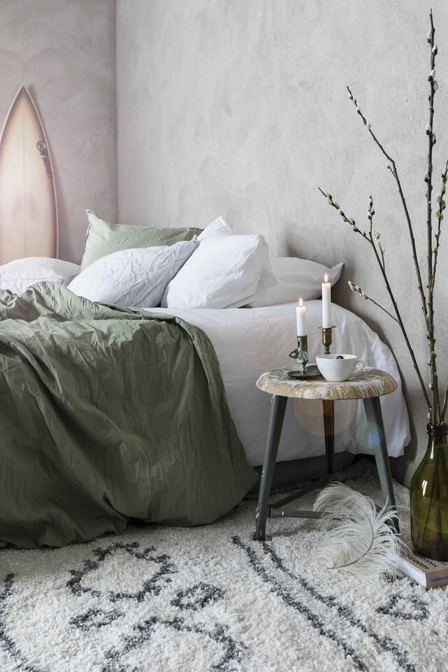 Wit,  shaggy piramit 2.8 kg - vloerkleed in een slaapkamer.