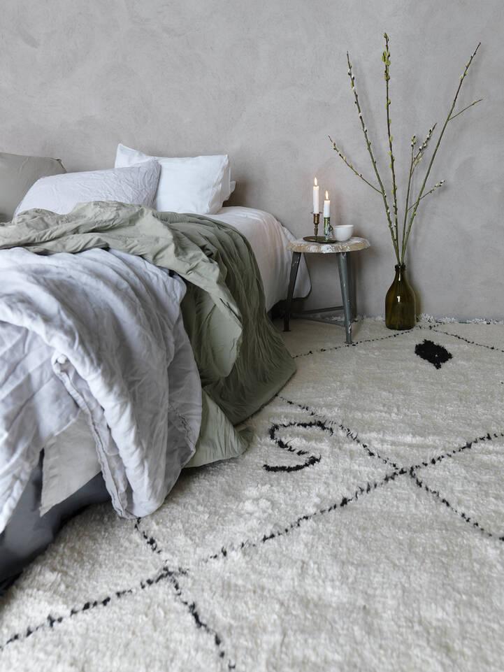 Wit,  barchi / moroccan berber style- pakistan - vloerkleed in een slaapkamer.