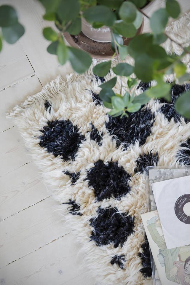 Wit,  barchi / moroccan berber style- pakistan - vloerkleed in een woonkamer.