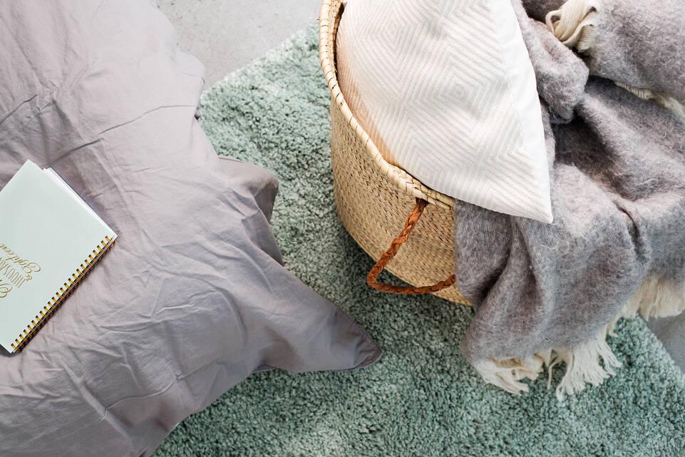Groen,  shaggy piramit 3.5 kg - vloerkleed in een slaapkamer.