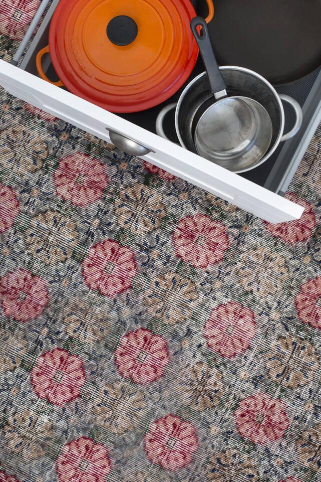 Roze,  colored vintage - turkiet - vloerkleed in een keuken.