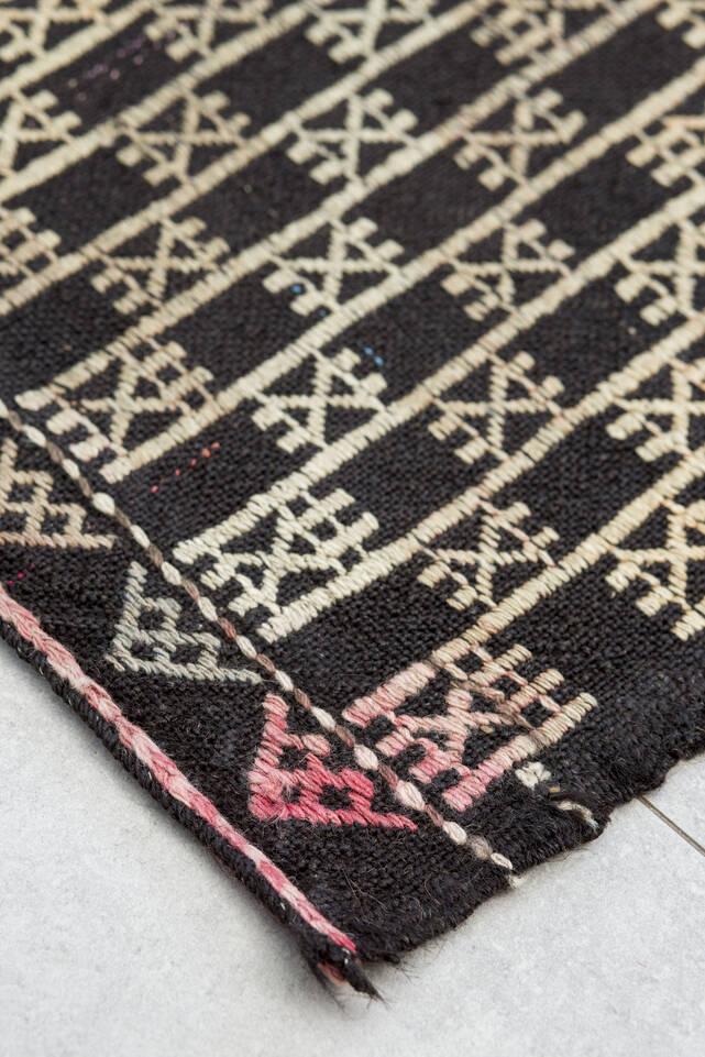 Zwarte / grijs,  kelim semi-antiek turkije - vloerkleed in een keuken.