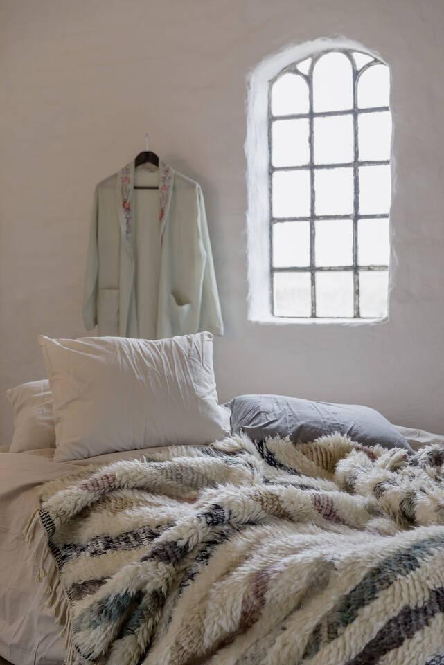 Wit,  barchi / moroccan berber - indiaas - vloerkleed in een slaapkamer.