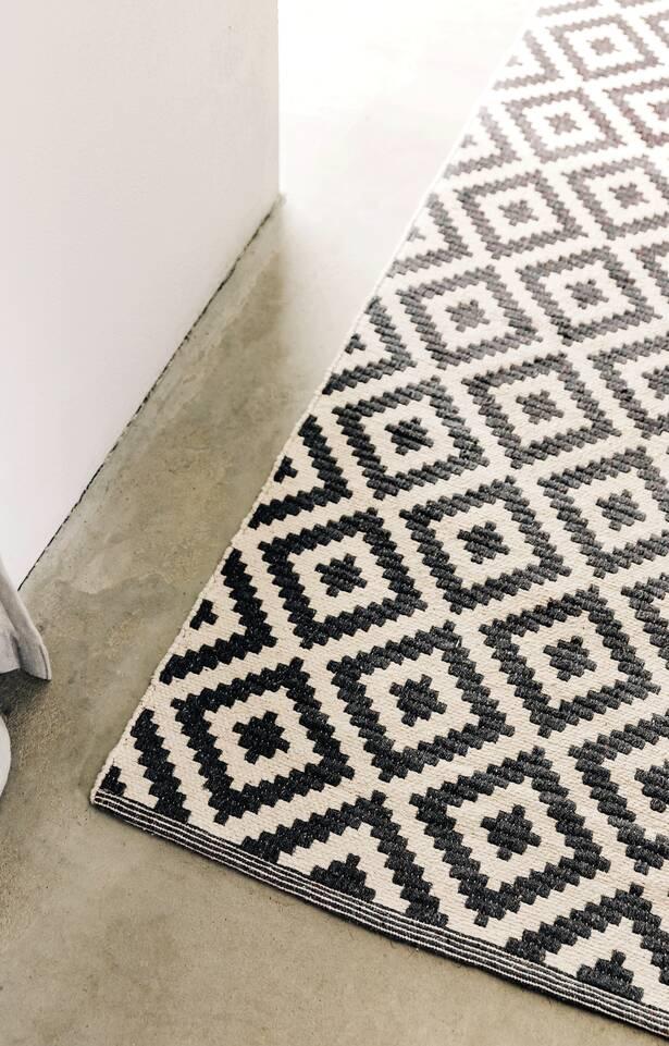 Zwarte / grijs, langwerpig cotton dorri mws 1 side - vloerkleed in een keuken.